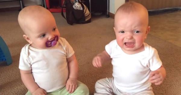 「「それ私のよ!」」 双子の赤ちゃんによる微笑ましいおしゃぶり争奪戦にほっこり