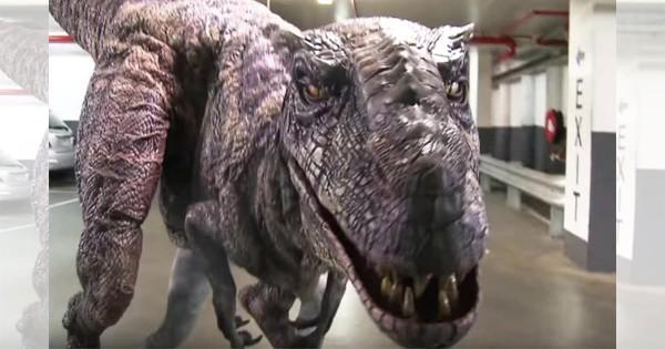 超絶ドッキリ動画! もし、駐車場に恐竜がいたらどうなるのか?