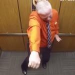 ドアが閉まればパーティタイム! エレベーターの中で警察官がフィーバー!