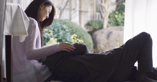 「長生きしてね」縁側で女性に膝枕されるおじいちゃんの正体にほっこり