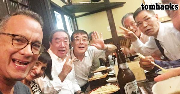 トム・ハンクスが居酒屋に降臨!日本のおじさんたちと仲良く飲む姿にほっこり