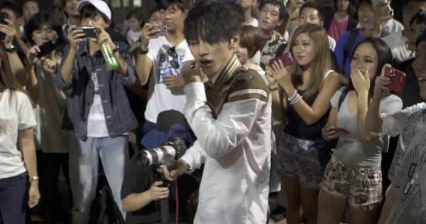 変装したSKY-HIとSALUが渋谷に降臨!突然のサプライズに観衆は熱狂