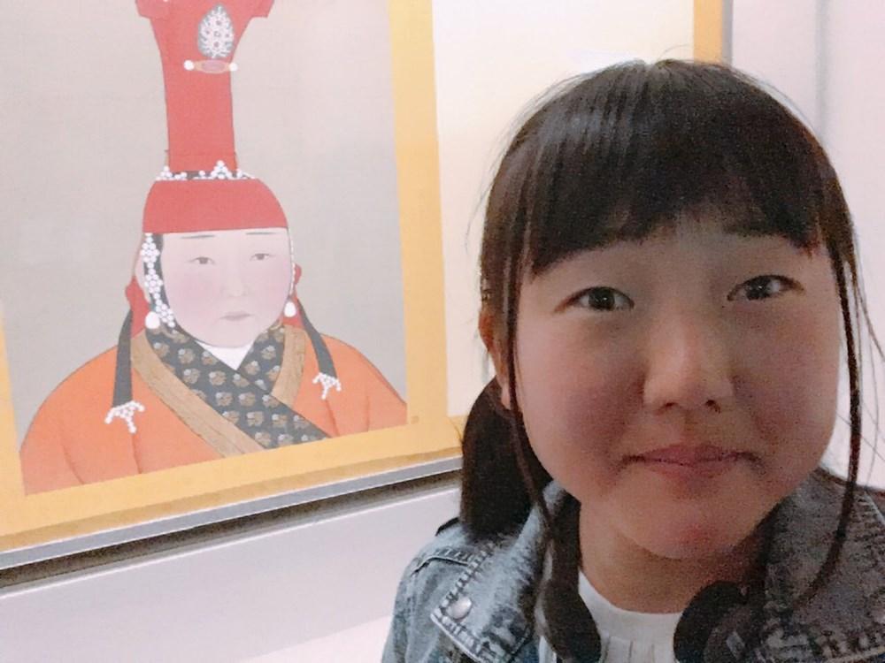 台湾の博物館で、自分の「前前前世」を見つけた女の子。海外でも話題になるソックリさ