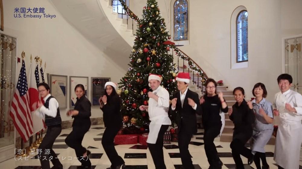 ケネディ駐日大使がサンタコスで踊る!? アメリカ大使館が「恋ダンス」を完コピしてる