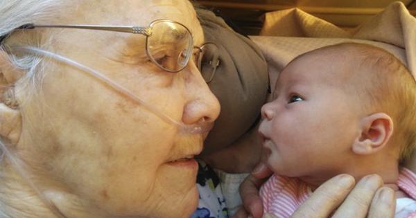 【92歳と生後2日の初対面】命の尊さを感じる写真8選