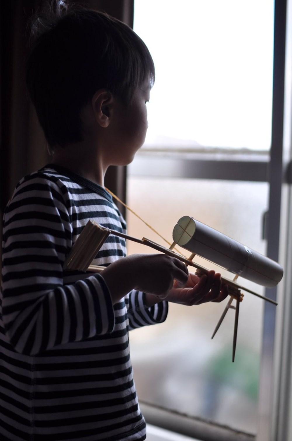 想像してた割りばし鉄砲と違う…クオリティが上がる母の鉄砲と息子のゴルゴ感に笑う