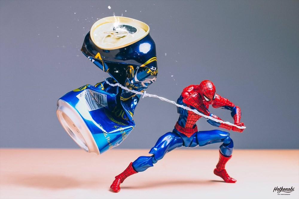 「空き缶は潰して捨てろォォォ!」アメコミヒーローの迫力満載の缶潰しが実写さながら