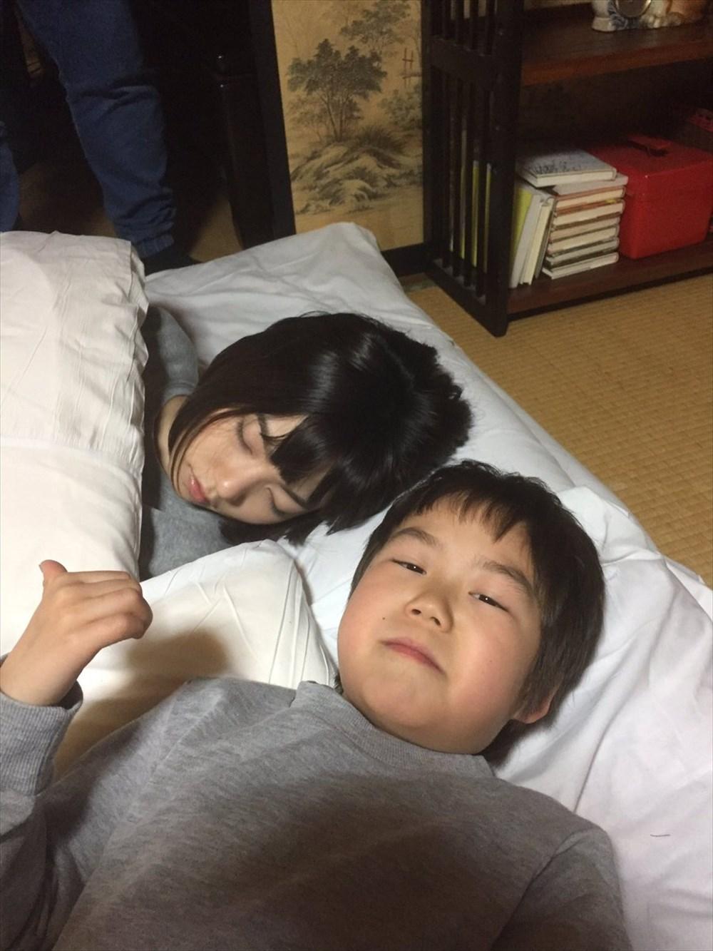 この「俺の女」感! ドラマ『左江内氏』の撮影現場で繰り広げられる寝顔合戦が微笑ましい