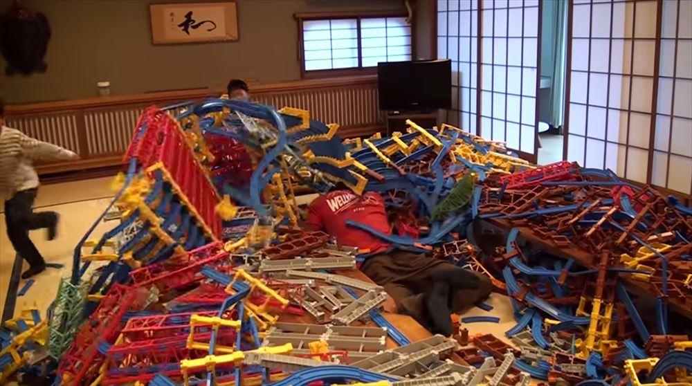 """あーあぁぁああ""""あ""""! 超大作のプラレールを崩壊させてしまった少年。そしてネタバレ"""