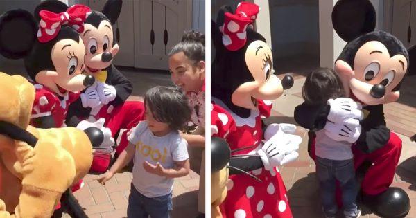 【ディズニーの神対応】耳の不自由な男の子にミッキー&ミニーがとった行動にシビれる