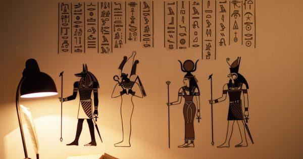 ここに天才がいたぞ!貼った場所が「古代エジプト」になるシールが激アツ