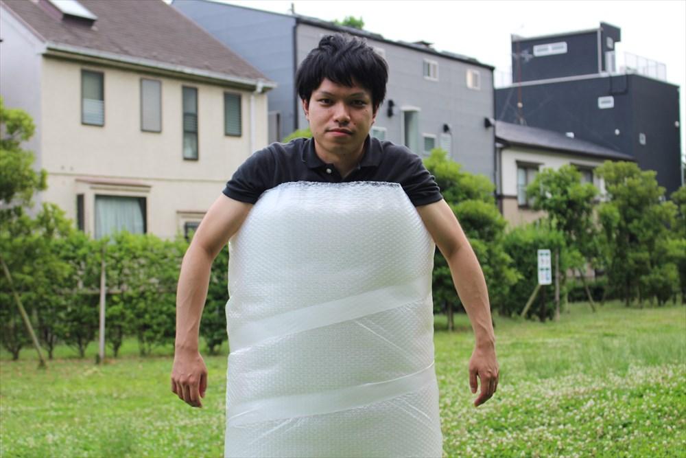 【梱包材界の守護者】プチプチを体に巻けば、大抵の衝撃は吸収される