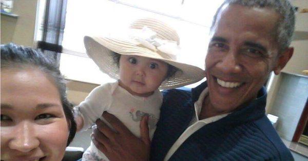 「この美人さんは誰かな?」オバマ前大統領、偶然見かけた女の子と笑顔で写真撮影