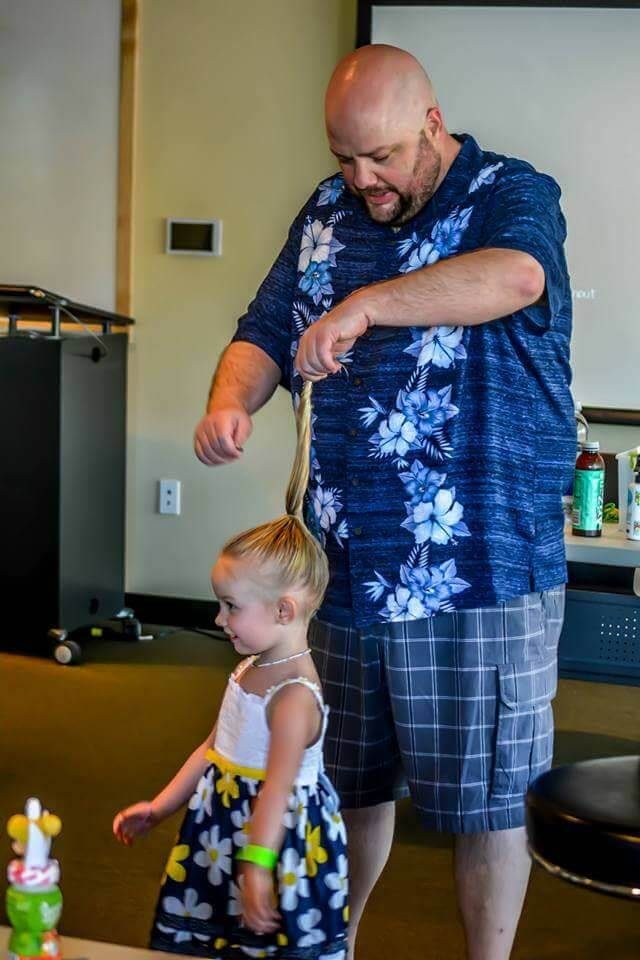 娘のヘアメイクをする父1