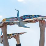 新聞で折り鶴を折ると…「ACT BEYOND BORDERS. 鶴舞う者たちプロジェクト」とは?