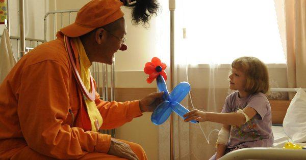 病気と闘う子どもを笑顔に!気負わない姿勢で臨むプロ道化師の信念とは