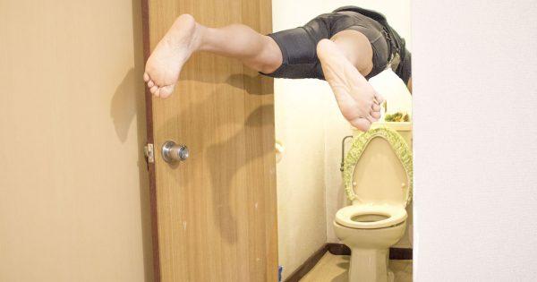トイレに落としたスマホを「ミッション・インポッシブル風」に救ってみた