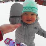 可愛すぎて悶絶!たった1歳の赤ちゃんスノーボーダーがバランス感覚抜群