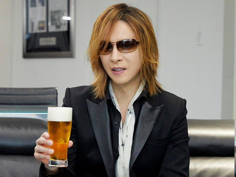 yoshiki_with_beer