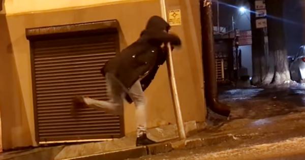 【まるでコント】極寒のロシアでは、道をまともに歩くことすら難しい