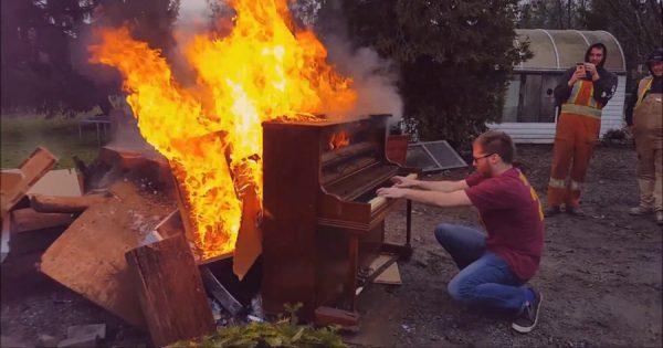 自分なりのスタイルでさようなら!燃えるピアノを奏でてお別れを伝える男性