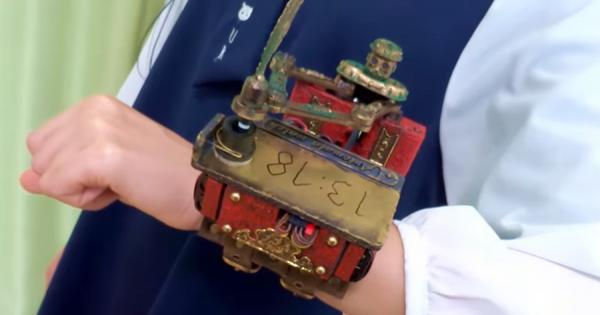 これは欲しい!ロボットが羽ペンで1分おきに時刻を書く腕時計が爆誕!