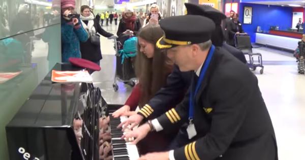 パイロットと女学生がピアノの連弾!空港で起きたサプライズに拍手喝采が巻き起こる!