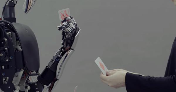 繊細な動きも完全コピー!日本発のロボット「MELTANT-α」はトランプがつかめる!