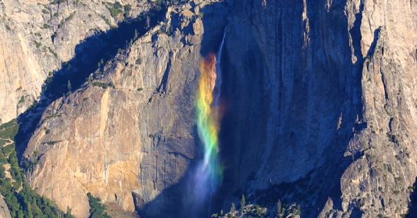幻想的な風景に鳥肌!滝が七色の虹になる奇跡の瞬間