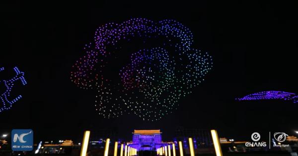 1374機のドローンが夜空を彩る!壮大な光のパフォーマンスに釘付け!