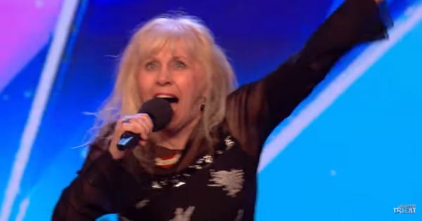 68歳のおばあちゃん!「AC/DC」を歌い上げオーディション番組を熱狂の渦に!