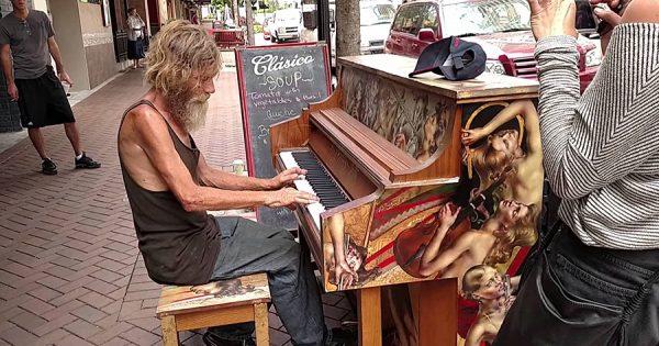 奇跡が起きた!路上でピアノを奏でるホームレスに感動の声