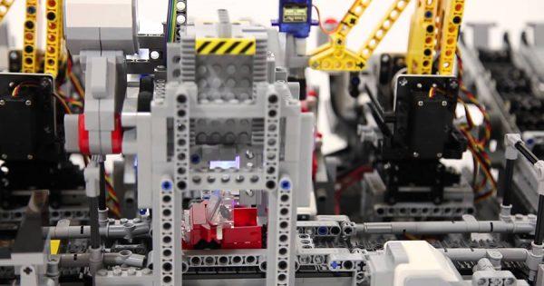 見ているだけでワクワク!自動的にLEGOのクルマを作るLEGOの工場