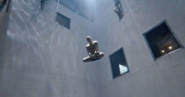 神秘的……。世界一深い室内プールにヨガのポーズ「蓮華座」でフリーダイビング