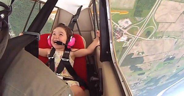 4歳の女の子がパパの操縦するアクロバット飛行に搭乗!天使のような笑顔がとてもキュート!