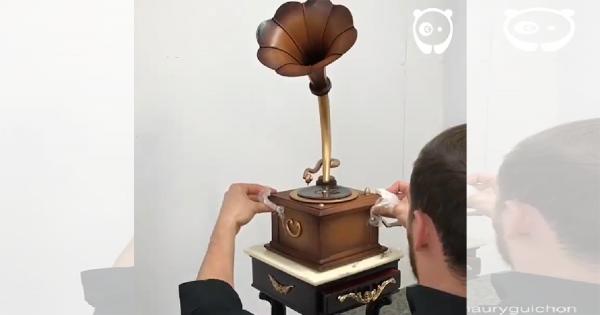 「この蓄音機、チョコだけで出来てるの?!」天才パティシエが作るチョコレートアートに感動