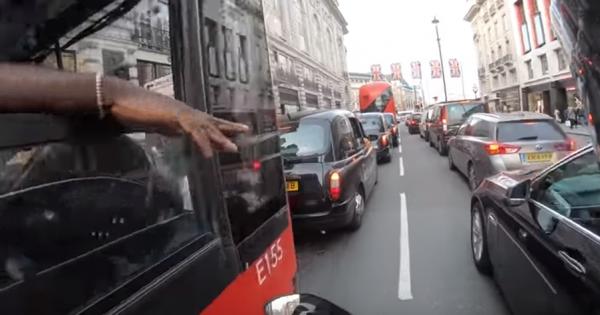 バイクでバスを追い越したら、突然運転手が窓から手!実は歩行者の存在を教えてくれていた!