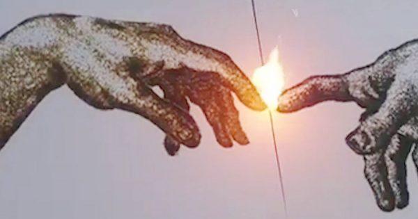 火薬を使って、リアルなシマウマや人の手を描いたアート作品が話題!あなたの心に火が灯る!