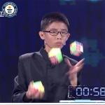 ルービックキューブ3つをジャグリングしながら、6面全部揃える13歳の男の子の神ワザ!