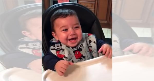 お母さんを前にめちゃご機嫌!赤ちゃんの笑い声で、あなたも思わずもらい笑い