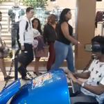 VRのジェットコースターを体験している男性!ショッピングモールに悲鳴が響き渡る(笑)