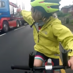 自転車の女の子に道を譲ったトラック!グッドポースで感謝する女の子!譲り合いの精神に心温まる