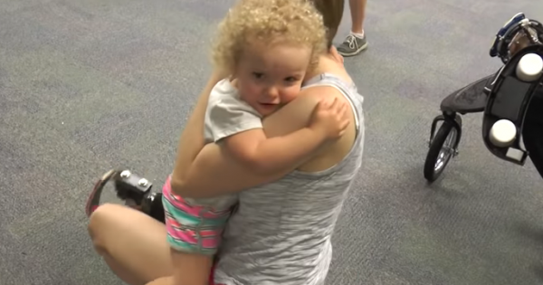 生まれながらに左足のなかった2歳の女の子。義足をつけて初めて走る姿に胸が熱くなる