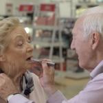 視力を失いつつある妻のために、メイクの勉強をする84歳の夫。真の夫婦愛に心打たれる