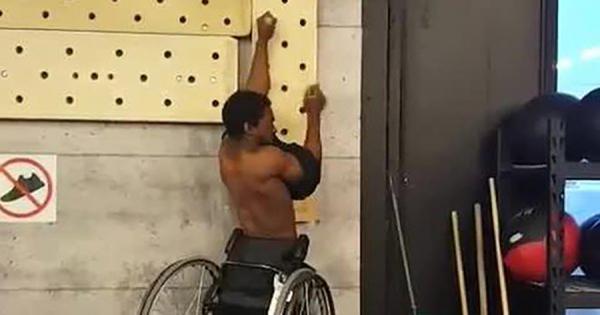 車椅子の男性、腕の力だけで車椅子ごと壁を登る!しかも、登りながらTシャツを脱ぐ