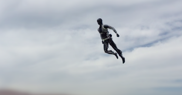 映画のヒーローがテーマパークに降臨!ディズニーが開発した人型スタントロボットが宙を舞う
