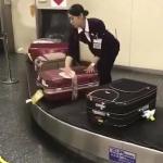 空港に到着したスーツケースをキレイに拭いてくれる!日本のおもてなしに世界から称賛の声