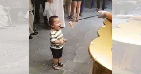 いたずら好きのトルコアイス屋さん!なかなかアイスを渡さないパフォーマンスに男の子も大喜び