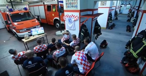 W杯の試合に熱中していたクロアチアの消防士!「出動命令」が出た瞬間の切り替えが素晴らしい