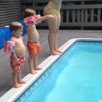 お母さんのマネをしてプールに飛び込もうとした小さな男の子、直立不動のまま倒れて大失敗(笑)